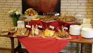 Broodbuffet in Het Trefpunt (diverse broodsoorten en fruit)